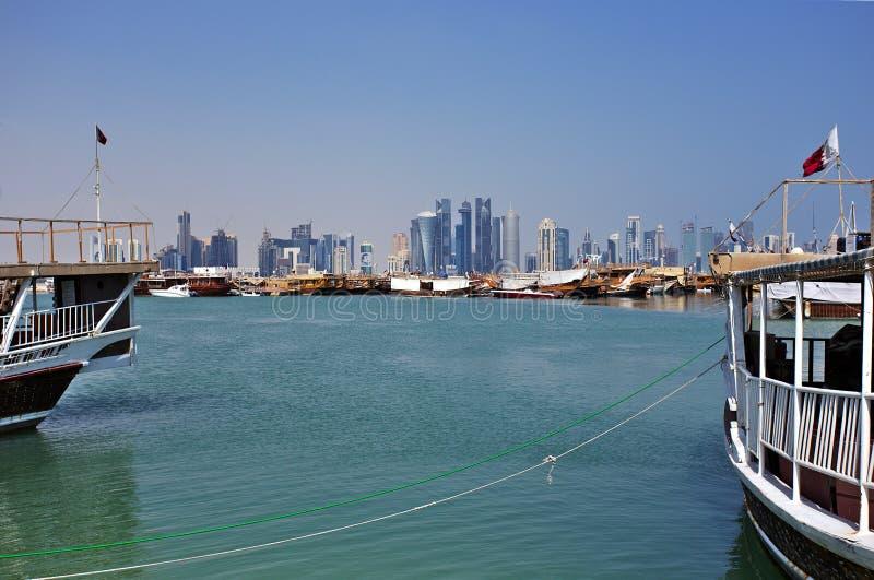Torres y dhows de Doha imagen de archivo