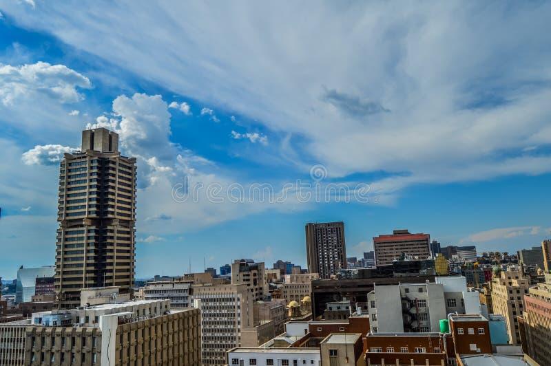 Torres y edificios de la subida del horizonte y del hisgh de la ciudad de Johannesburgo foto de archivo libre de regalías