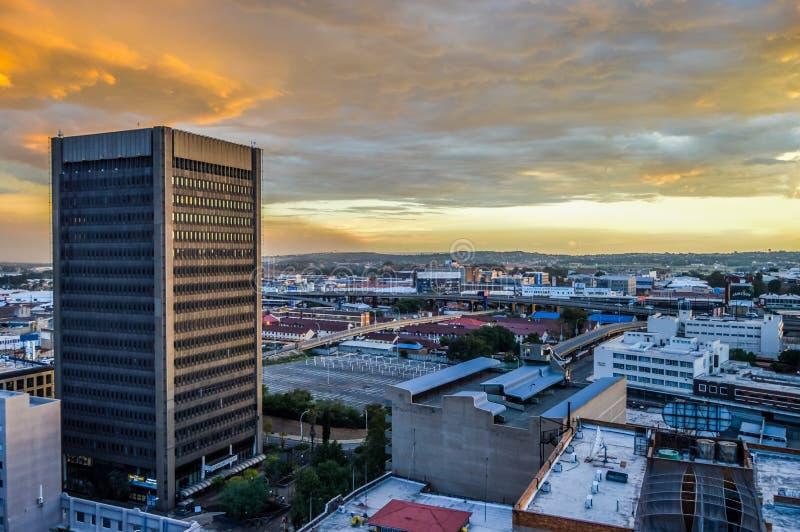 Torres y edificios de la subida del horizonte y del hisgh de la ciudad de Johannesburgo imagenes de archivo