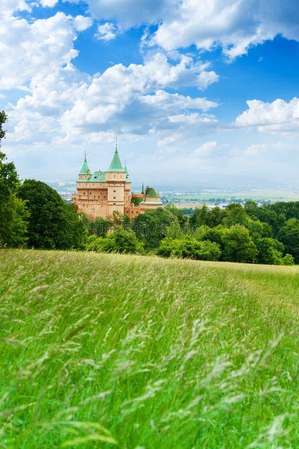 Torres y valle del castillo de Bojnice imagen de archivo libre de regalías