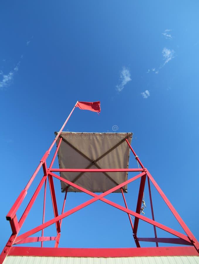 torreta alta da salva-vidas na praia com a bandeira vermelha foto de stock royalty free