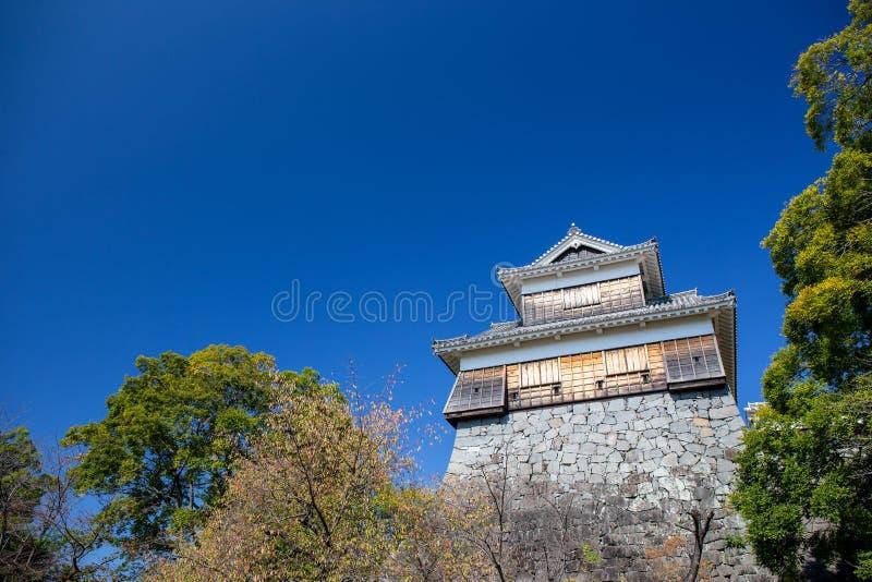 Torreta ou yagura de madeira na parede de pedra do castelo de Kumamoto em Japa imagens de stock royalty free