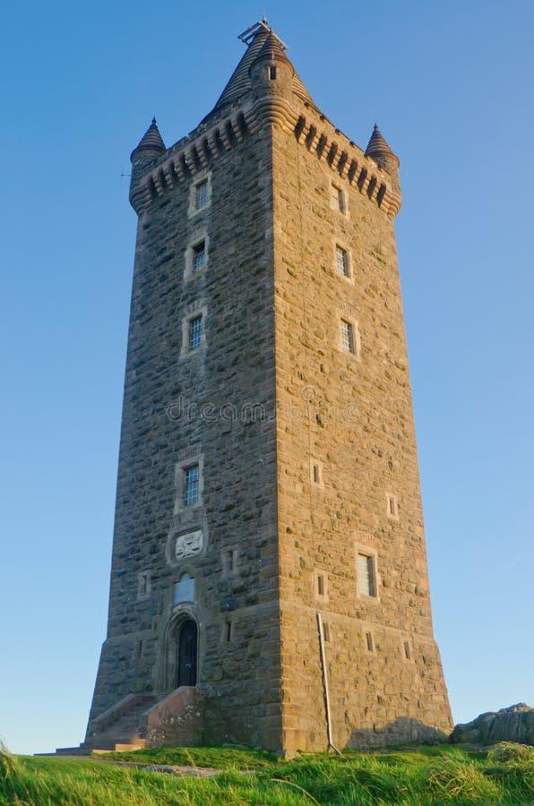 Torretta antica di Scrabo in Irlanda del Nord fotografia stock
