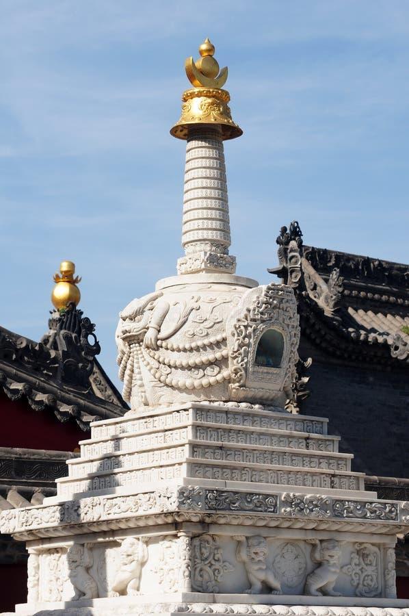 Torretta bianca in un lamasery tibetano immagini stock libere da diritti