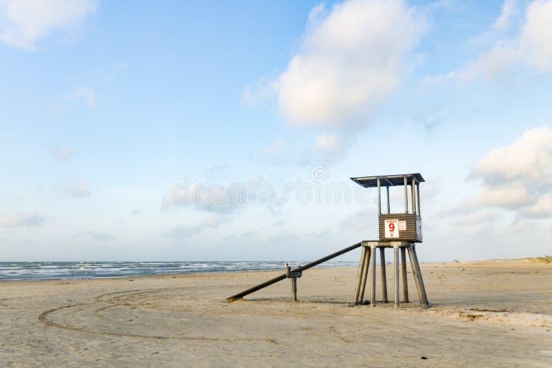 Torretta del bagnino sulla spiaggia fotografie stock libere da diritti