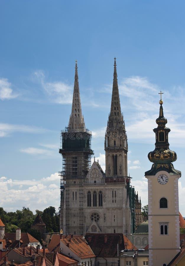 Torretta della cattedrale e di chiesa di Zagabria. fotografia stock