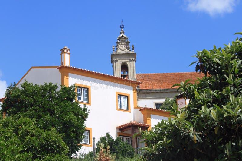 Torretta della chiesa e della casa tradizionale immagini stock libere da diritti
