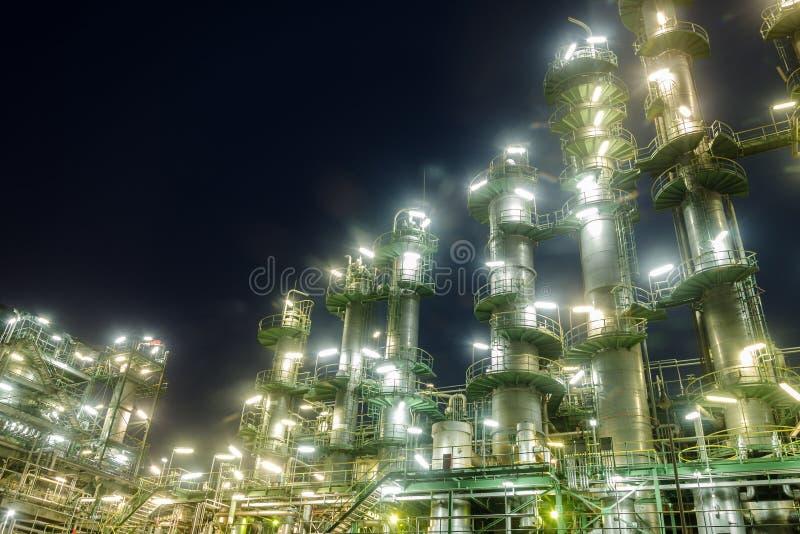 Torretta della colonna in centrale petrolchimica fotografia stock