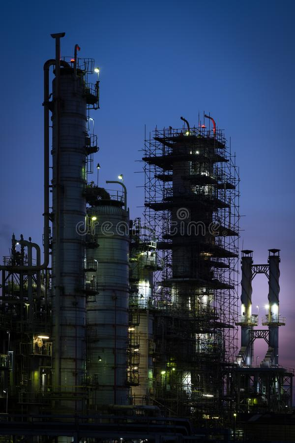 Torretta della colonna in centrale petrolchimica a penombra fotografia stock libera da diritti