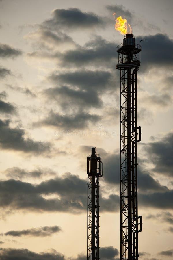 Torretta della raffineria di petrolio fotografia stock libera da diritti