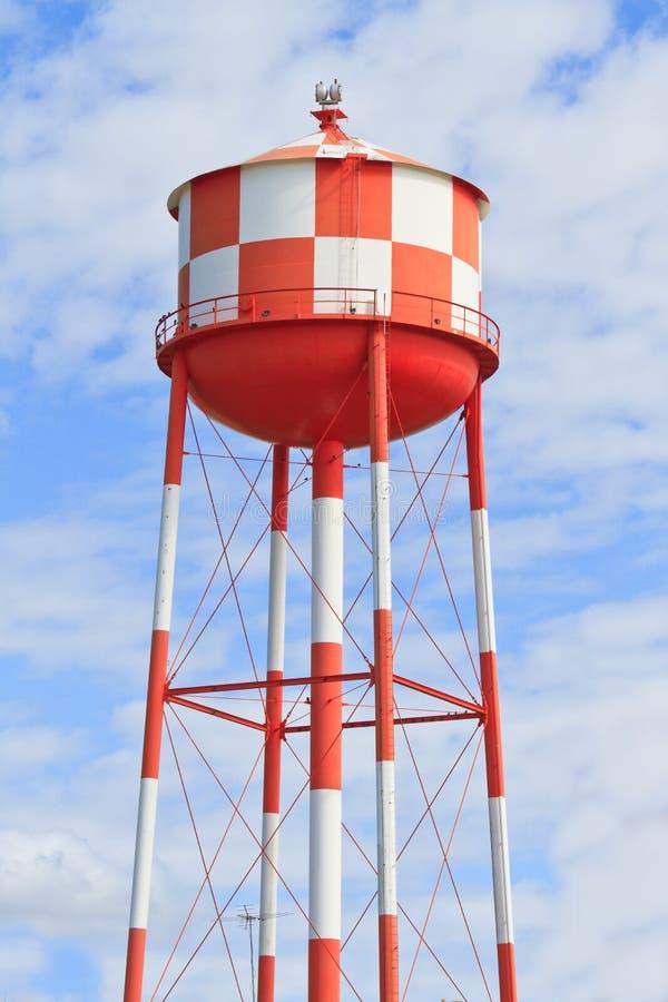 Torretta di acqua con le bande rosse e bianche fotografia stock libera da diritti