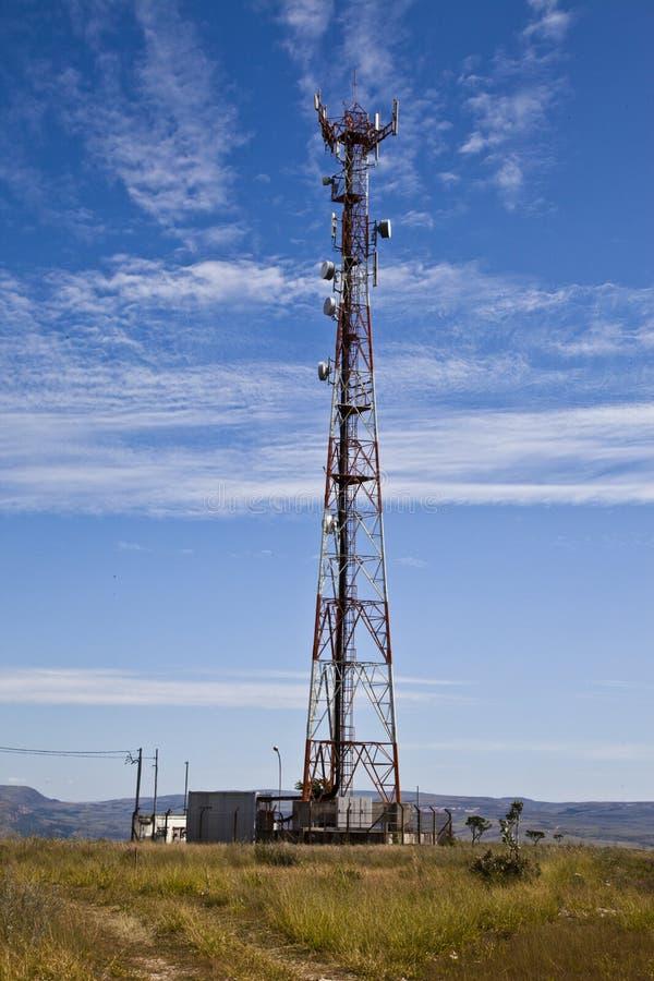 Torretta di comunicazione. Antenna del telefono. immagine stock