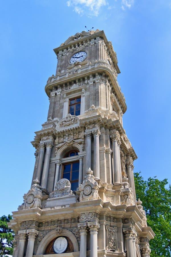 Torretta di orologio di Costantinopoli vicino al palazzo di Dolmabahce immagine stock libera da diritti