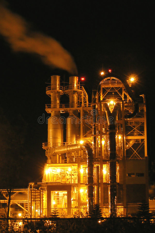 Torretta di processi industriali alla notte fotografia stock libera da diritti