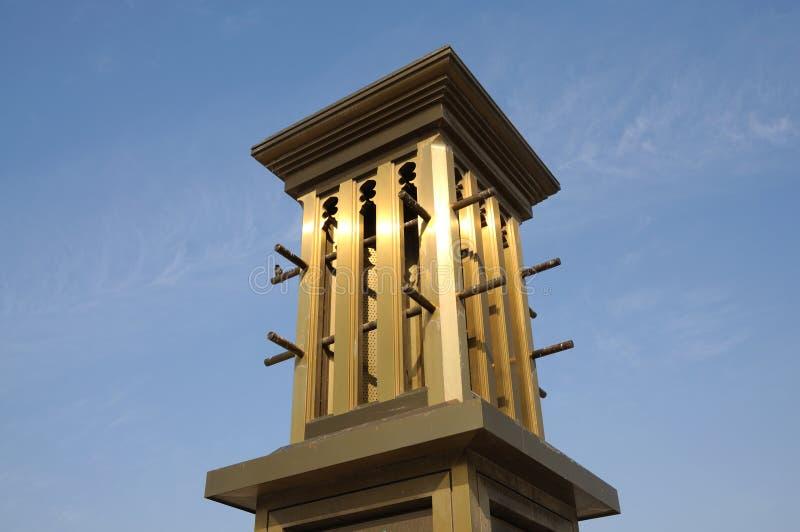 Torretta dorata del vento in Doubai fotografie stock