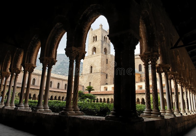 Torretta e colonne al convento della cattedrale di Monreale fotografia stock