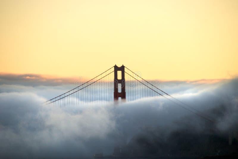 Torretta e nebbia del ponticello di cancello dorato fotografie stock