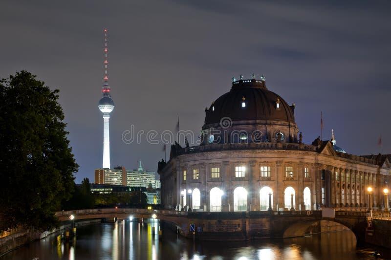Torretta preannunciata del museo TV a Berlino alla notte fotografie stock