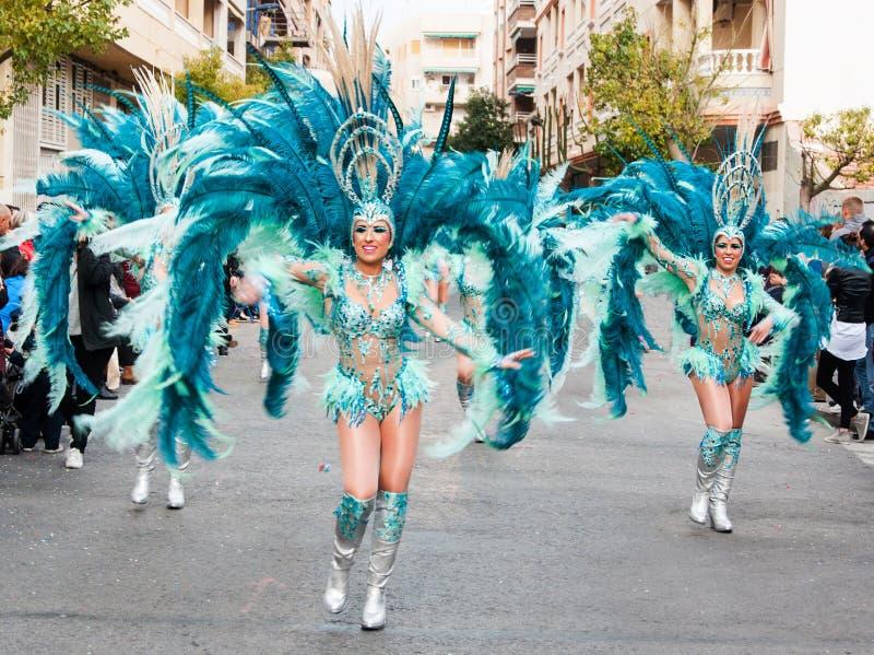 TORREVIEJA, ΣΤΙΣ 19 ΦΕΒΡΟΥΑΡΊΟΥ: Ομάδες καρναβαλιού και ντυμένοι με κοστούμι χαρακτήρες στοκ φωτογραφίες με δικαίωμα ελεύθερης χρήσης