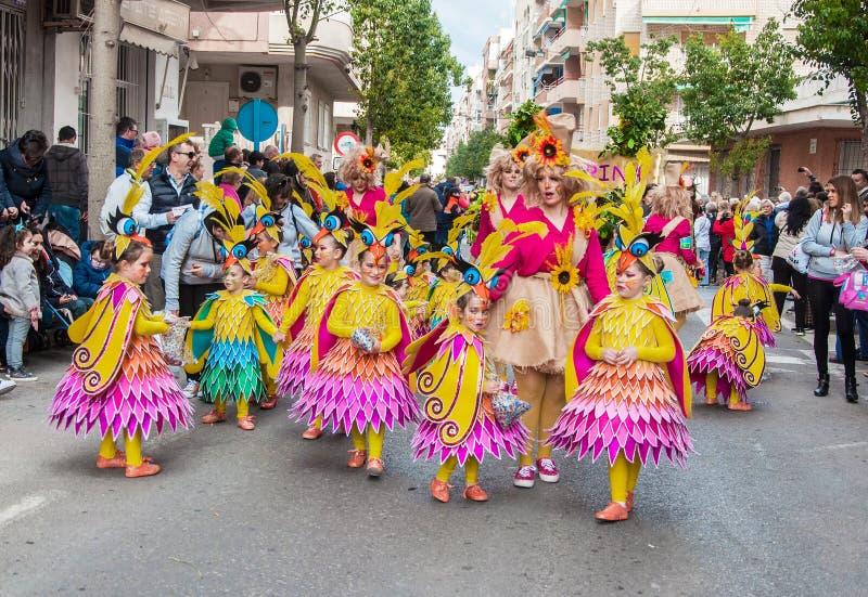 TORREVIEJA, ΣΤΙΣ 19 ΦΕΒΡΟΥΑΡΊΟΥ: Ομάδες καρναβαλιού και ντυμένοι με κοστούμι χαρακτήρες στοκ εικόνα με δικαίωμα ελεύθερης χρήσης