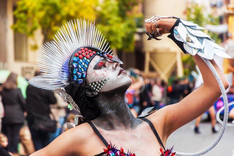 TORREVIEJA, ΣΤΙΣ 19 ΦΕΒΡΟΥΑΡΊΟΥ: Ομάδες καρναβαλιού και ντυμένοι με κοστούμι χαρακτήρες στοκ φωτογραφία
