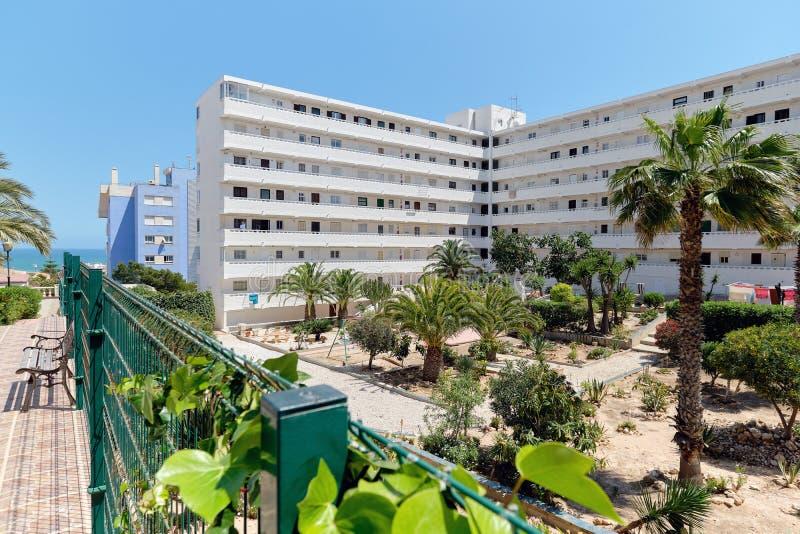 Torrevieja, España - 30 de abril de 2019: Exterior residencial de varios pisos de la casa de la alta subida moderna con el jardín imagen de archivo libre de regalías