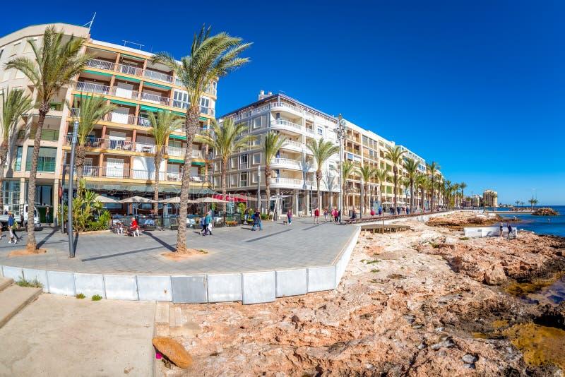 TORREVIEJA, SPANIEN - 13. NOVEMBER 2017: Leuteweg auf Promenade stockfotografie