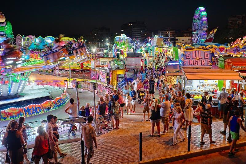 Torrevieja, Spanje - Juli 28, 2015: Carrousel bij pretpark in de avond stock afbeelding