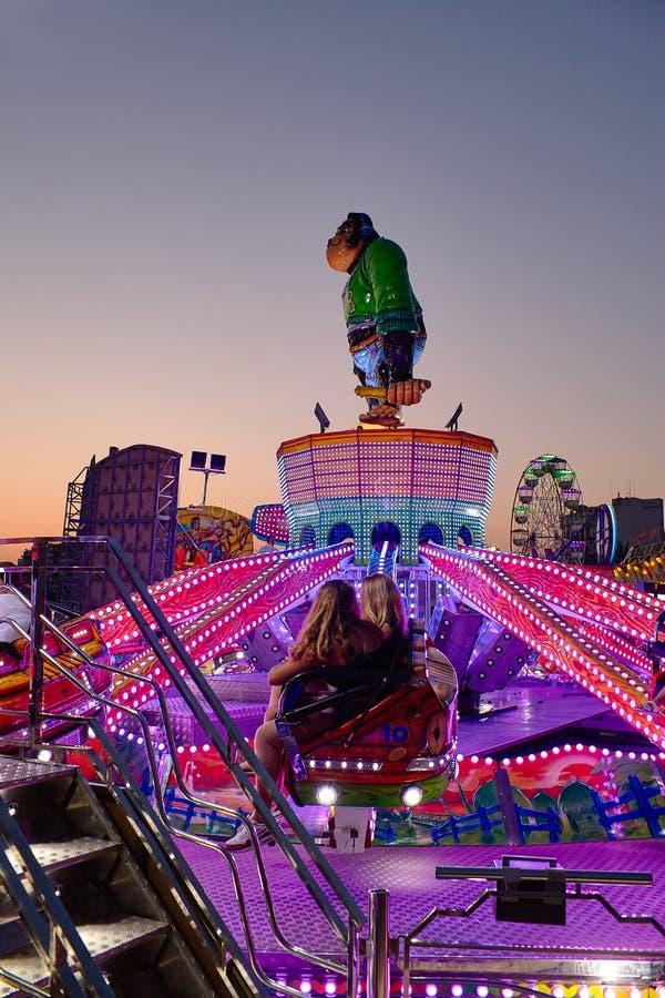Torrevieja, Spanje - Juli 28, 2015: Carrousel bij pretpark in de avond stock foto