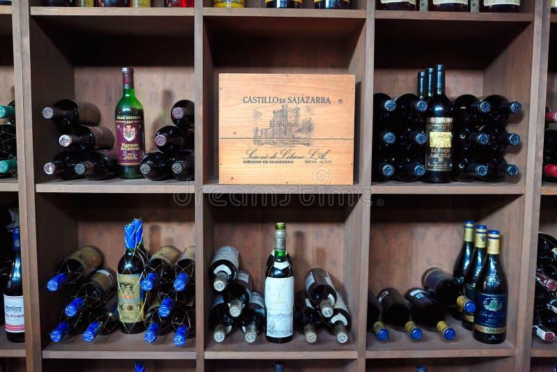 Torrevieja, Spanje - Juli 28, 2015: Het hoogtepunt van de wijnkelder van wijnflessen Restaurant in Torrevieja, Spanje royalty-vrije stock afbeeldingen