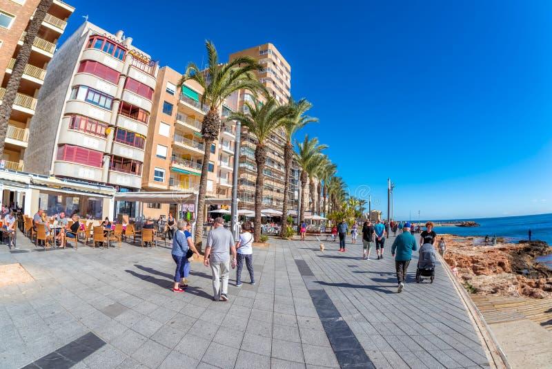 TORREVIEJA, SPANJE - NOVEMBER 13, 2017: De mensen lopen op promenade stock foto