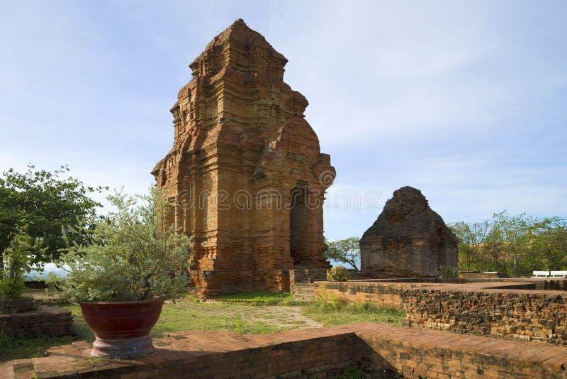 Torri antiche di Cham su un pomeriggio soleggiato Phan Thiet, Vietnam fotografia stock libera da diritti