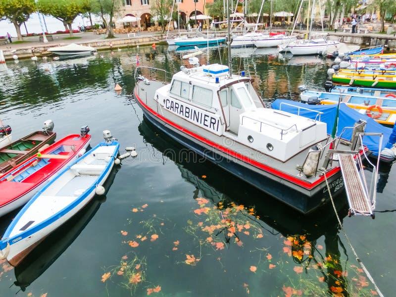 Torri Del Benaco, Italia - 20 de septiembre de 2014: Barcos de pesca en el pequeño puerto imágenes de archivo libres de regalías