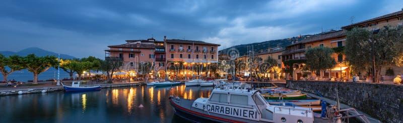 Torri Del Benaco przy wieczór - Jeziorny Garda Włochy obraz royalty free