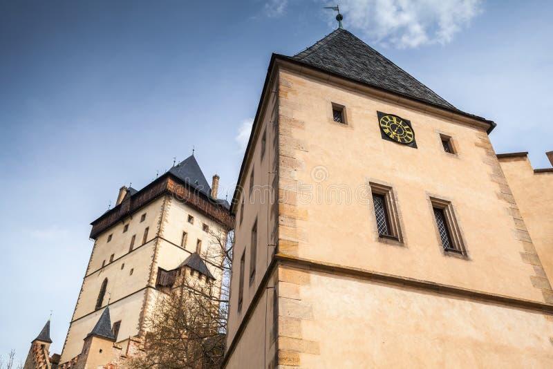 Torri del castello di Karlstejn sotto cielo blu immagine stock libera da diritti