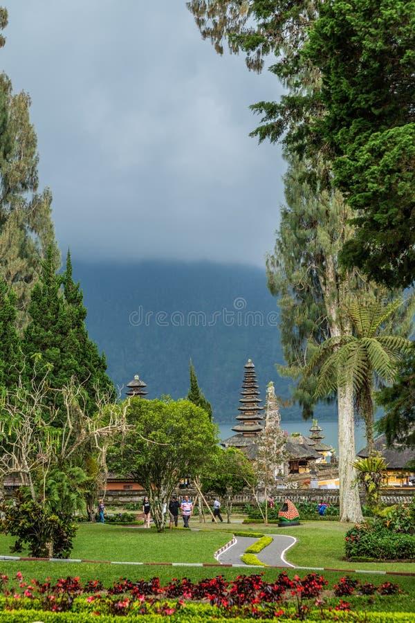 Torri del tempio attraverso il parco del tempio di Ulun Danu Beratan, Bedoegoel, Bali Indonesia immagini stock