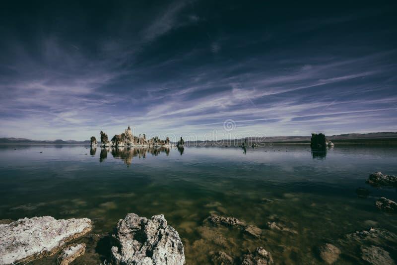 Torri del tufo in mezzo al mono lago alla sierra orientale in Cali immagine stock libera da diritti