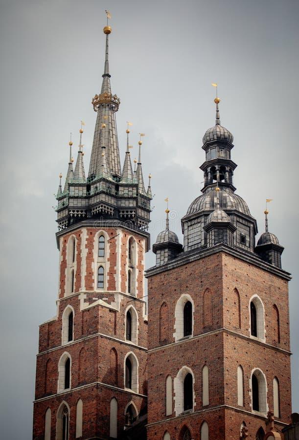 Torri della basilica di St Mary a Cracovia fotografia stock