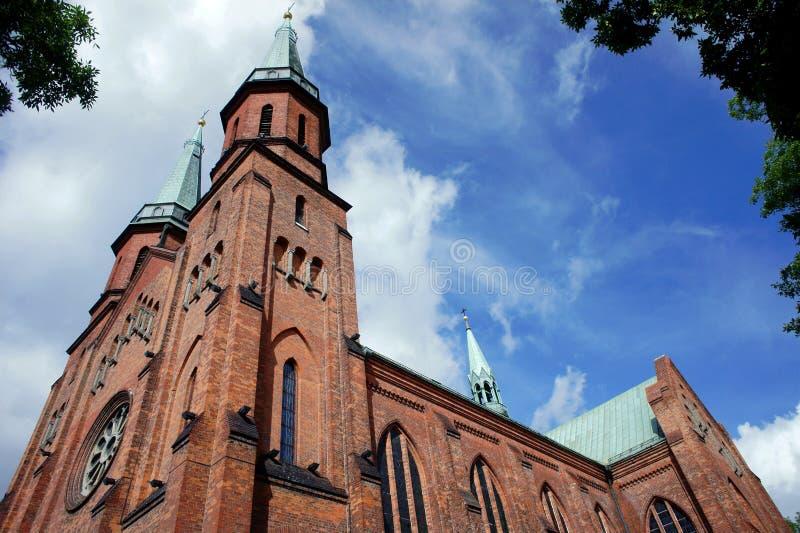 Torri di chiesa gotiche in Pruszkow fotografia stock