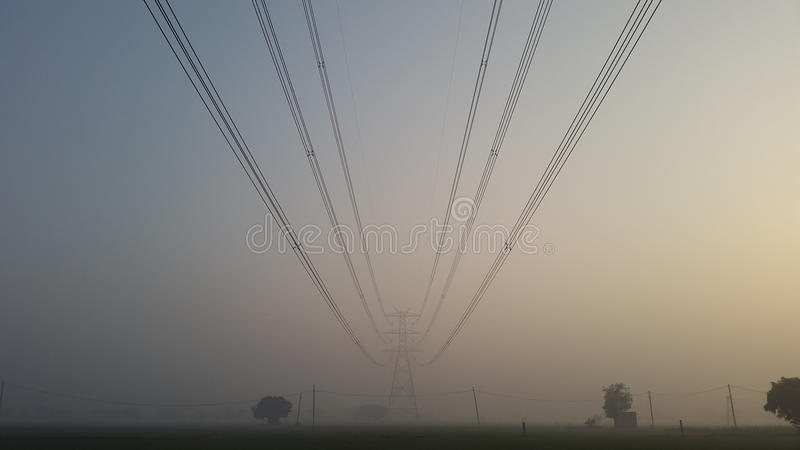 Torri di griglia e dell'attrezzatura elettronica di potere a Nuova Delhi, India fotografie stock