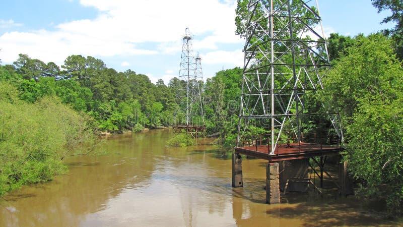 Torri di olio abbandonate su Sabine River immagini stock