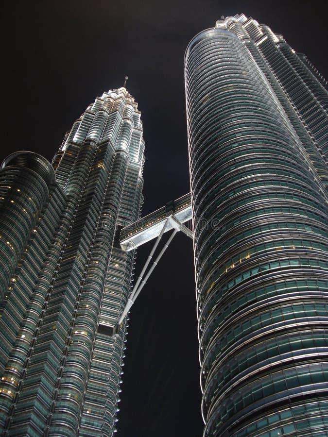 Torri di Petronas alla notte - prospettiva del grattacielo immagine stock