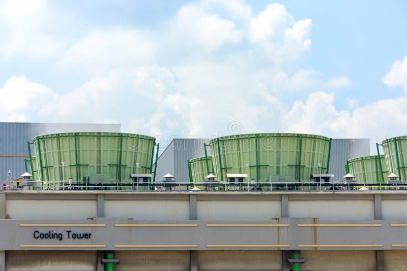 Torri di raffreddamento che emettono vapore in centrale elettrica di elettricità, Bangkok Tailandia fotografie stock libere da diritti