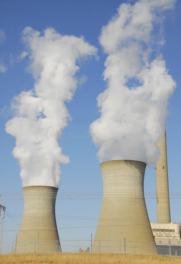 Torri di raffreddamento della centrale elettrica immagini stock libere da diritti