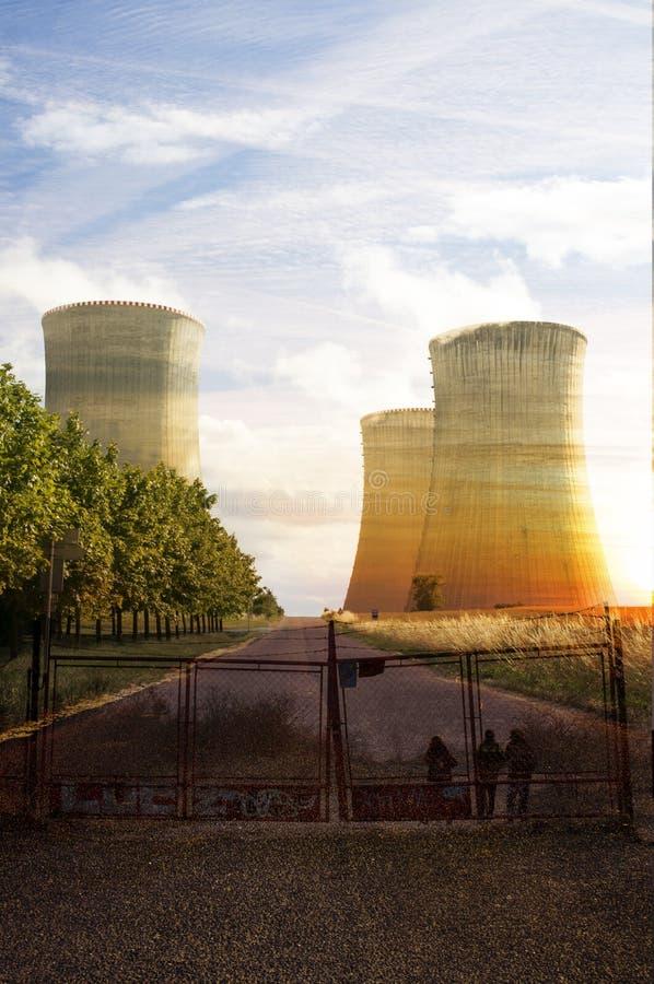 Torri di raffreddamento della centrale elettrica atomica fotografie stock libere da diritti