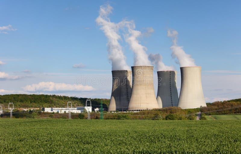 Torri di raffreddamento della centrale elettrica atomica nucleare immagini stock