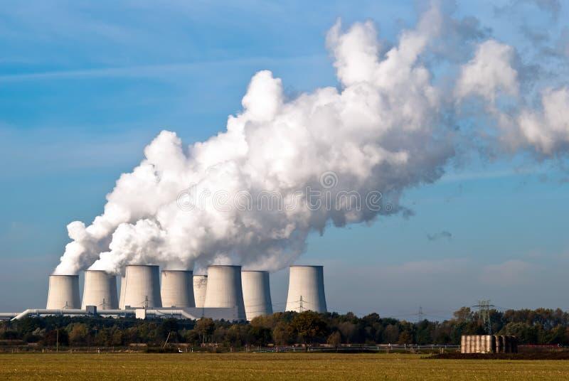 Torri di raffreddamento della centrale elettrica attraverso V3 fotografia stock libera da diritti