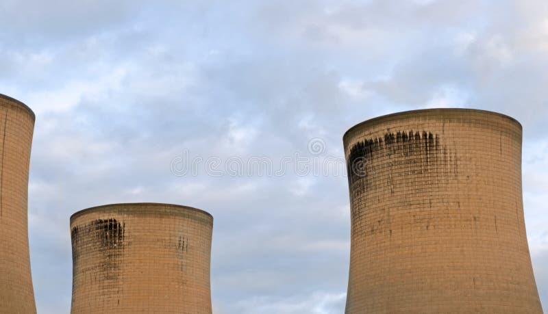 Torri di raffreddamento della centrale elettrica del carbone fotografia stock libera da diritti