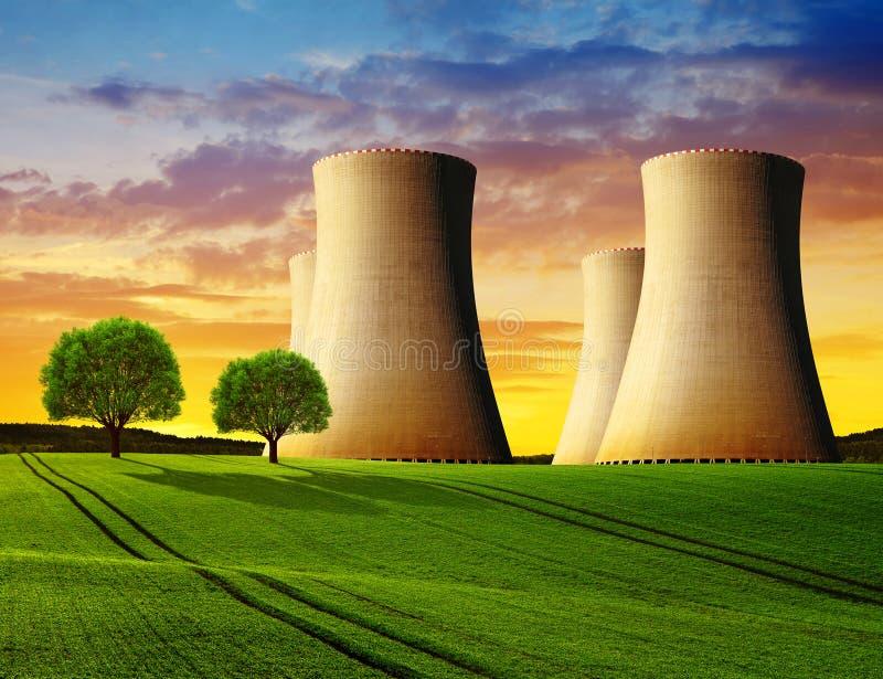 Torri di raffreddamento di una centrale nucleare immagini stock