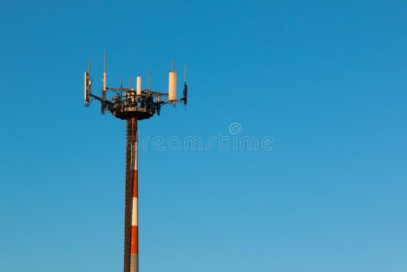 Torri di telecomunicazione con le antenne per la radiocomunicazione a fotografia stock